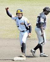 初の先発出場で二塁打を放ちガッツポーズする福井の西和哉=4日、福井県の美浜町民広場野球場