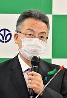 記者会見する福井県の杉本達治知事=4月28日、福井県庁