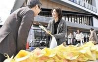 頑張る女性に感謝 鯖江市が花を贈呈 「国際デー」合わせ