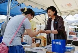 拉致被害者の救出を訴える署名活動に参加した曽我ひとみさん=17日午前、新潟県佐渡市