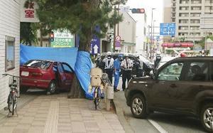 90代女性が運転する乗用車(左)が、複数の歩行者をはねた現場付近=5月、神奈川県茅ケ崎市