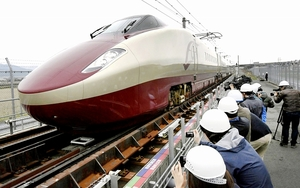 検証試験で車輪幅の切り替わる軌間変換装置を通過するフリーゲージトレインの試験車両=17年3月、熊本県八代市