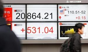 前週末比で500円以上の上げ幅となった日経平均株価の終値を表示する街頭のボード=12日午後、東京都中央区