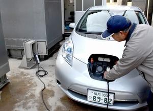 試験的に稼働を始めた電気自動車の充電ポスト=福井県越前町