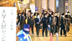 大学入試センター試験を終え、ほっとした表情で会場を出る受験生=15日、福井市の福井工大福井キャンパス