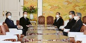 会談に臨む立憲民主党の福山幹事長(左から2人目)、自民党の二階幹事長(同3人目)ら=1日午後、国会
