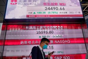 香港株式市場の株価ボード=6月(AP=共同)