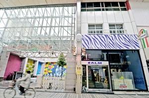 福井木守り舎が「これからビル」をオープンするガレリア元町商店街の空きビル(右)=福井市中央1丁目