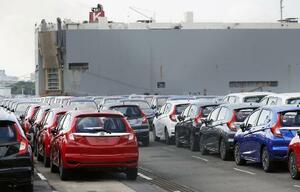 横浜港で輸出を待つ自動車=2018年、横浜市鶴見区の大黒ふ頭