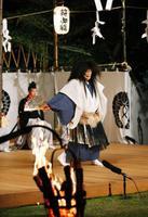 かがり火がゆらめく中、奈良市の興福寺で始まった伝統行事「薪御能」=19日夜