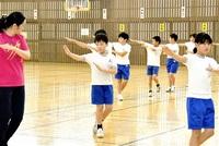 城まつり踊り任せて! 大野・有終西小で練習会 5年生30人、動作を確認 みんなで読もう