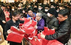 三越日本橋本店の初売りで福袋を買い求める客=2日午前、東京都中央区