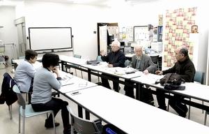 こころ紡ぐ会の例会。会員でひきこもり当事者が家族にいるのは馬田昌保さん(右列奥)だけだ=3月15日、福井県越前市内