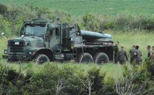 不時着、炎上した米軍CH53Eヘリの残骸を載せたトラック=20日午後、沖縄県東村