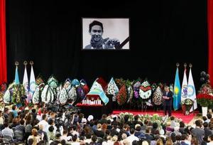 21日、カザフスタン・アルマトイで行われたデニス・テン選手の市民葬で、追悼する人々(ロイター=共同)