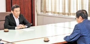 西川一誠知事(右)に高浜原発1、2号機の再稼働を進める政府方針を伝える資源エネルギー庁の日下部聡長官=21日、福井県庁