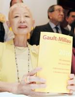 フランスのレストランガイド「ゴ・エ・ミヨ」を手にする日本版の大沢晴美編集局長=31日午後、東京都港区