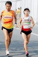 女子マラソン(視覚障害) 力走する西島美保子(右)=リオデジャネイロ