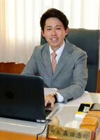 取材に応じる奈良県三宅町の森田浩司町長=15日午後