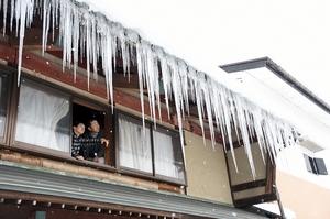 一段と冷え込み、カーテンのように長いつららが連なる福井県大野市内=28日、同市元町