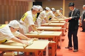 手際よくそばの生地を延ばす名人大会参加者=11月4日、福井県福井市のハピリン