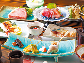 片町のメーンストーリー沿い。素材を生かした和食に注目