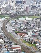 福井・足羽川 着工待つ左岸の更地 延びるレール…