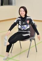 椅子での「クロス運動」を行う福井丸岡RUCKの池内天紀選手。左右交互に手足をくっつけるだけで、脚や腹筋など全身運動ができる
