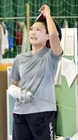 練習で汗を流すフェンシング成年女子の坂下こず恵=福井県武生高体育館