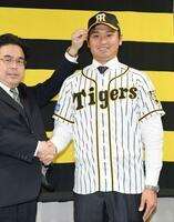 阪神にソフトバンクからトレードで加入し、記念撮影する中田賢一投手=29日、兵庫県西宮市