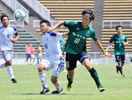 サウルコス福井―JAPANサッカーカレッジ 前半、競り合うサウルコスの山田雄太(中央右)=6月24日、テクノポート福井