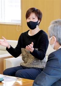 有町選手「指導者目指す」 今月引退、坂本市長に報告 坂井出身 サッカー女子元日本代表