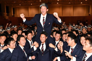 オリックス6位指名を受け、チームメイトから肩車される敦賀気比高の山崎颯一郎投手=20日、福井県敦賀市の同校