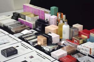景品表示法違反の対象となった、高島屋が販売する有名ブランドの化粧品=13日午後、消費者庁