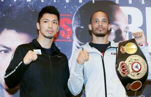 WBAミドル級タイトル戦に向け、ポーズをとる村田諒太(左)と王者のロブ・ブラント=10日、大阪市