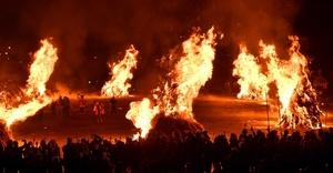 大きな炎が夜空を焦がしたどんど焼き=2月23日午後8時ごろ、福井県勝山市の九頭竜川河川敷弁天緑地