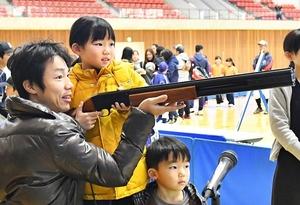 クレー射撃に挑戦する家族連れ=3日、福井県勝山市体育館ジオアリーナ