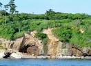 海岸の断崖崩落、上部付近に遊歩道