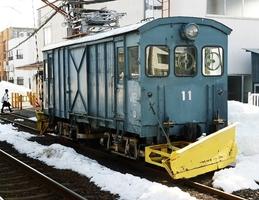 引退することになった福井鉄道の除雪車「デキ11」=27日、福井市の赤十字前駅