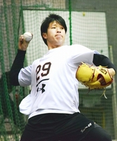 力のこもったキャッチボールで調整する巨人の鍬原拓也=27日、川崎市のジャイアンツ球場
