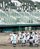 保護者に見守られながら、試合後に健闘をたたえ合う啓新と福井農林の選手=7月18日、福井県営球場