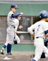 3回表福井工大福井2死、島谷元貴(手前右)にソロ本塁打を許した敦賀気比の西本汰生(左)=5日、敦賀総合運動公園野球場