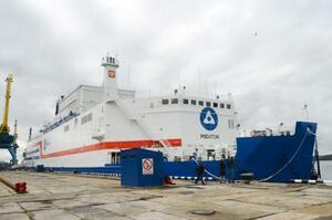 出港を待つ船舶型原発「アカデミク・ロモノソフ」=23日、ロシア北部ムルマンスク(共同)