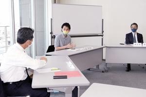 福井県内8町長に自らの経験を語り、LGBTQに対する理解を求めるかずえちゃん(中央)=5月13日、福井県福井市の県自治会館