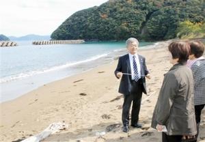 参加者に拉致現場の特徴などを説明する荒木代表=1日、福井県小浜市の岡津海岸