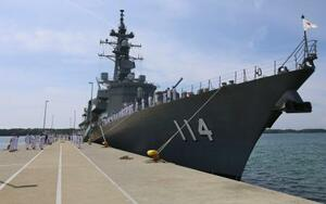 中東海域での情報収集の任務を終え海自・大湊基地に帰港し、出迎えられる護衛艦「すずなみ」=14日午前9時22分、青森県むつ市