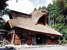 江戸初期の県内最古の民家。豪族の生活が垣間見える