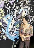 自身が描いたチョークアートの前で笑顔を見せる三木あいさん=8日、福井県鯖江市水落町の食品・日用品店「マイオーガニック」