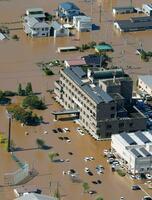 台風19号の影響で浸水した宮城県丸森町役場(中央)周辺=13日(共同通信社ヘリから)