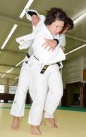 男子選手との稽古に励む柔道女子の山本沙羅=大阪府の大阪体育大学